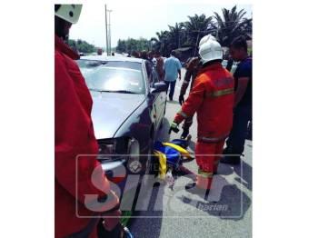 Anggota bomba cuba mengeluarkan mangsa yang berada di bawah kenderaan. - Foto ihsan bomba