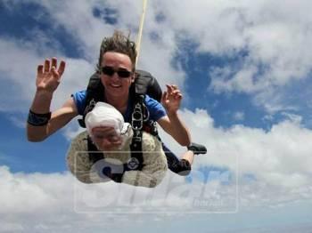 O'Shea mencabar diriya untuk melakukan terjunan pada ketinggian 4,300 meter di permukaan udara itu.