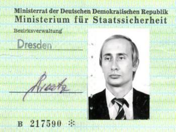 Putin berusia 33 tahun ketika beliau menerima kad identiti Stasi tersebut.