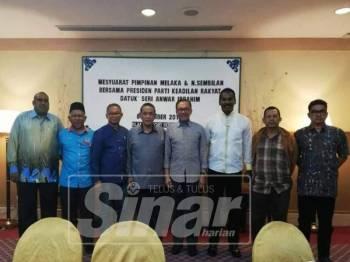 Anwar (empat, kanan) ketika bertemu dengan ketua cabang di negeri ini, baru-baru ini.