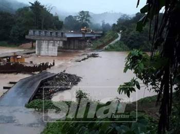 Hujan lebat di kawasan hulu menyebabkan jambatan sementara Pulau Setelu tenggelam.
