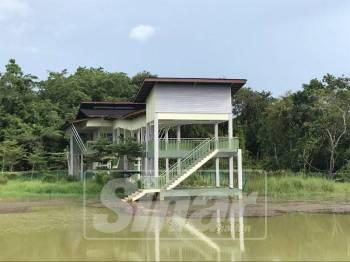 Keadaan bangunan di Eko- Pelancongan Durian Chondong yang kini sepi tanpa pengunjung.