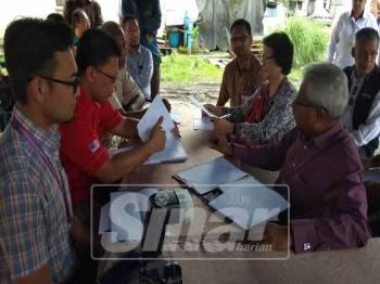 Sivanesan (kanan) ditemani He Mey (dua, kanan) mendengar taklimat dan penjelasan daripada wakil penduduk.