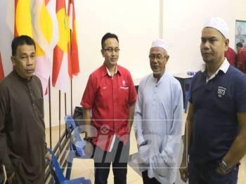 Jamal (kanan) beramah-mesra bersama ahli Umno pada Program Taklimat dan Penerangan bersama Ketua Cawangan Umno Bahagian Sungai Besar, di Bangunan Umno Bahagian Sungai Besar, di sini, malam tadi.