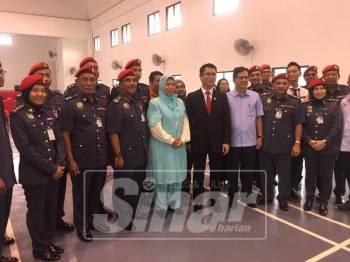 Zuraida (tengah) bergambar bersama orang kenamaan dan pegawai bomba Johor pada lawatan berkenaan hari ini.