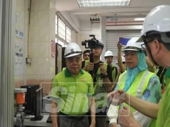 Zuraida ketika membuat lawatan kerja ke kilang plastik Intraco See Hau Global Sdn Bhd di Ulu Tiram.