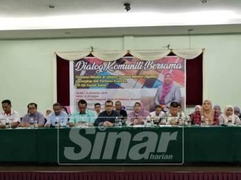 Fuziah bersama agensi yang terlibat pada Majlis Dialong bersama Kawasan Rukun Tetangga Parlimen Kuantan di sini, semalam.