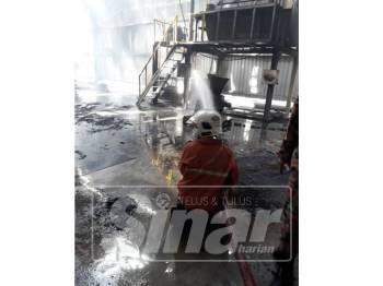 Anggota bomba ketika memadamkan kebakaran membabitkan sebuah kilang di Batu 23 Saujana, hari ini.