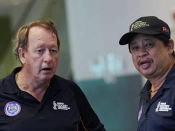 Reaksi Pengarah Teknikal Konfederasi Hoki Malaysia (MHC) Terry Walsh (kiri) selepas tiba di Lapangan Terbang Antarabangsa Kuala Lumpur 2 setelah menyertai Kejohanan Hoki Piala Dunia 2018 di Bhubaneswar India. - Foto Bernama