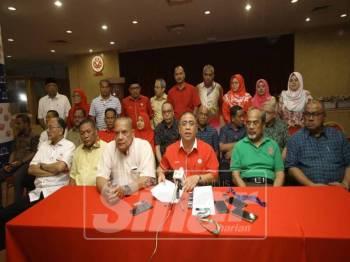 Saarani (tengah) pada sidang media selepas mempengerusikan Mesyuarat Khas Umno Perak, hari ini.