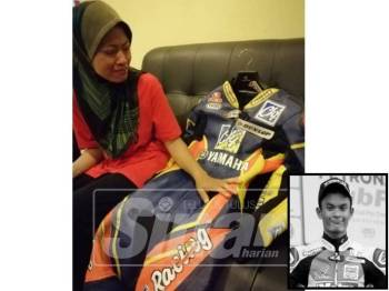 Nor Shaziela sebak melihat koleksi sut perlumbaan milik Mohd Hafiz.