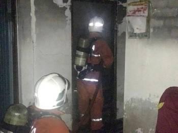 Anggota bomba sedang memadam kebakaran. - Foto ihsan bomba