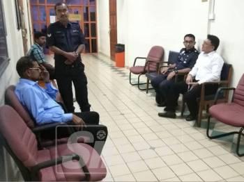 Pandeyan(kiri) dan Ameer Noraizeedin(baju putih kanan) sedang menunggu di luar pekarangan kamar Timbalan Pendaftar Mahkamah Tinggi Taiping untuk dibicarakan di dalamnya hari ini