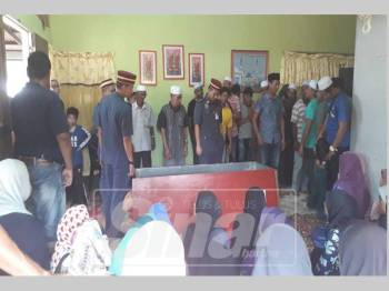 Penduduk setempat turut hadir untuk memberi penghormatan terakhir kepada jenazah Allahyarham Muhammad Adib, pagi ini.