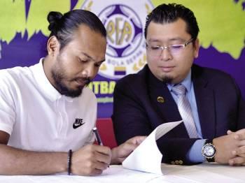 Safee ketika menandatangani kontrak bersama Singa Utara sambil disaksikan Ahmad Amizal.