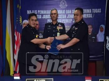 Simbolik serah terima tugas antara Ahmad (kiri) dan Ahmad Azizul (kanan) disaksikan Hasanuddin di IPK hari ini.