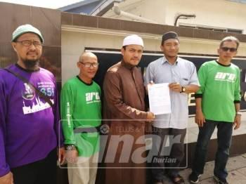 PU Syed (tengah) selepas membuat laporan polis ke atas Jufazli di IPD Ipoh, pagi tadi.
