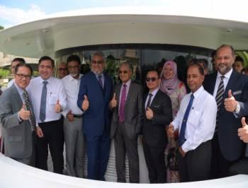 Perdana Menteri Tun Dr Mahathir Mohamad bersama-sama para Menteri Kabinet hari ini meluangkan masa menaiki cruise mengelilingi Tasik Putrajaya dalam satu majlis makan tengah hari di sini. - Foto Bernama