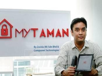 Nik Ahmad menunjukkan antara fungsi VMS bagi kemasukan pelawat ke taman perumahan.