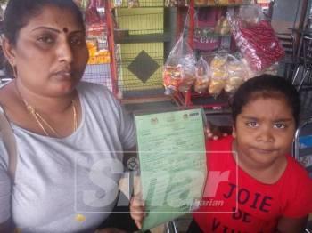 Sithra (kiri) menunjukkan sijil daftar kelahiran milik Kavithajiny.