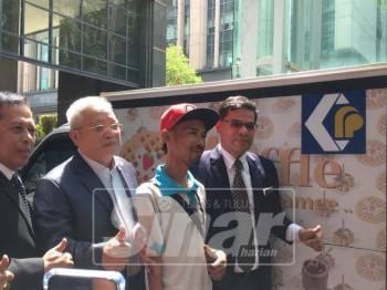 Saifuddin (kanan) ketika menyerahkan foodtruck kepada penjaja di KPDNHEP, hari ini.