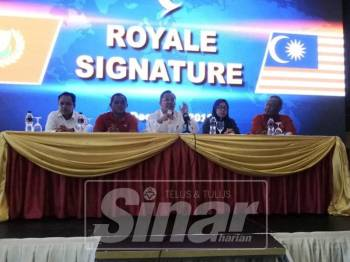 Mohd Rawi bersama 30 ahli Umno dari Langkawi umum keluar parti pada sidang media, di Hotel Royale Signature, di sini,hari ini.
