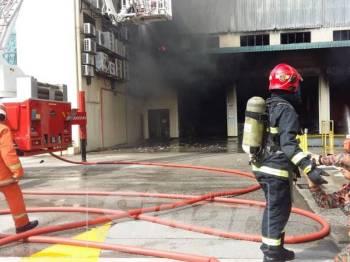 Pihak bomba bertungkus lumus memadam kebakaran di kilang perabot yang terletak di Subang itu.