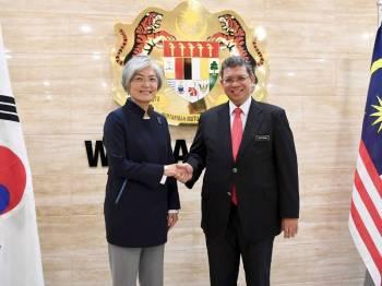 Saifuddin (kanan) bersama Kang Kyung-wha semasa menerima kunjungan Menteri Luar Korea Selatan itu di Wisma Putra hari ini. - Foto Bernama