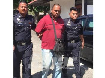 Mohd Yusnaidi dibawa ke mahkamah, semalam.