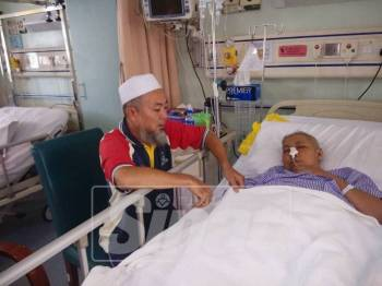 Abdul Wahab tetap setia menjaga isterinya di Hospital Enche Besar Hajah Kalsom (HEBHK) Kluang.