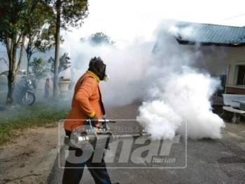 Anggota MPSP membuat penyemburan asap bagi membanteras pembiakan nyamuk aedes.