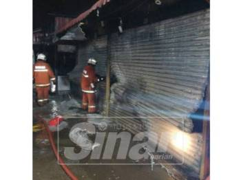 Sebanyak 32 lot kedai di Uptown Seksyen 24, di sini musnah dalam kebakaran pagi tadi.
