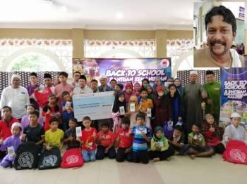 Sebahagian penerima sumbangan kembali ke sekolah Masjid Abdul Rahman Auf. Gambar kecil, M Raman.
