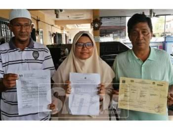 Mohd Khalid (kiri) dan Nurul Syuhada (tengah) menunjukkan slip keputusan cemerlang peperiksaan percubaan SPM 2018 dan surat rayuan permohonan taraf kewarganegaraan anak angkat yang dikemukakan pihak keluarga angkat kepada KDN sebelum ini.