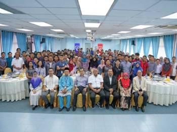 Roslan, Shaari dan Dr Afandi bergambar kenangan bersama penerima MyBF UTHM.