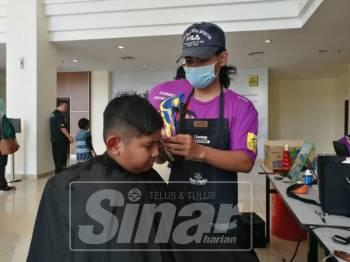Program gunting rambut amal ini dapat meringankan ibu bapa dan penjaga berpendapatan rendah.