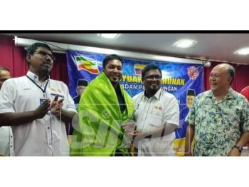 Zainal Abidin (kanan) melihat Jailani (dua, kiri) menerima Pengiktirafan Kehormat daripada Kimma Wilayah Persekutuan Kuala Lumpur.