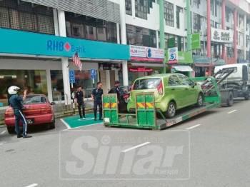 Penguatkuasa MPK menunda sebuah kereta yang memiliki kompaun.
