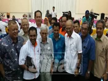 Sulong Jamil (depan, dua, kiri) bersama Tun Daim dan pengurusan Felda pada majlis tersebut di Dewan Komuniti Felda Sungai Tengi.