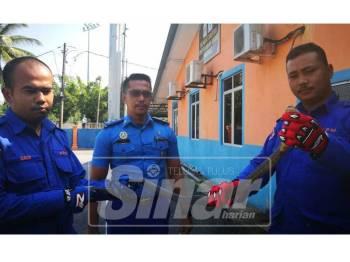 Zabri (tengah) dan anggotanya menunjukkan tedung senduk ditangkap di Seberang Marang malam tadi.