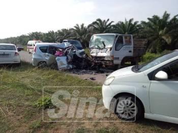 Keadaan Perodua Alza yang bertembung dengan lori dalam kemalangan di Jalan Utama Selancar di Felda Selancar, Muadzam Shah, awal pagi tadi.