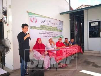 Chef Amann Teoh (kiri) memberikan panduan perniagaan kepada anggota yang hadir pada majlis tersebut.