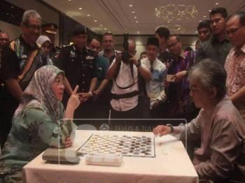 Tengku Abdullah turut meluangkan bermain dam haji bersama isterinya, Tunku Azizah pada Majlis Penutup Kejohanan Dam Hji Terbuka Pahang Piala Tengku Mahkota Pahang, hari ini.
