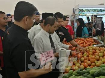Pegawai penguatkuasa KPDNHEP Terengganu sentiasa membuat pemantauan bagi memastikan peniaga mematuhi peraturan ditetapkan.