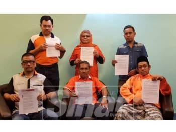 Razali (depan,kiri) menunjukkan salinan laporan Sinar Harian berkaitan isu kenyataan oleh Aliff, semalam.
