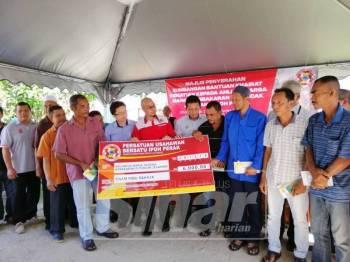 Waris mangsa korban kebakaran di Jelapang Maju, 11 Disember lalu menerima bantuan khirat kematian daripada empat agensi, hari ini.