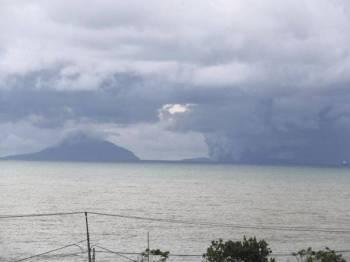 Gunung Anak Krakatau dapat dilihat dari Pantai Carita di Banten.