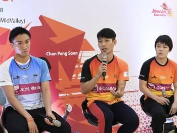 Pemain Kelab Badminton Ampang Jaya, Kento Momota (kiri), Chan Peng Soon (tengah) dan Goh Jin Wei ketika sidang media pada majlis ramah mesra bersama peminat di sebuah pusat membeli belah hari ini. - Foto Bernama