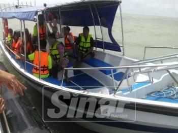 Bot ditahan Maritim Selangor kerana membawa lebih penumpang.
