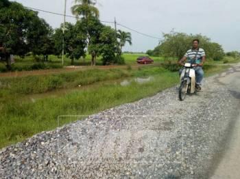 Batu kasaran yang bersaiz besar membahayakan penduduk kampung terutamanya penunggang motosikal.